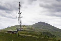 Telekommunikationtorn med Monte della Neve i bakgrund Royaltyfri Foto