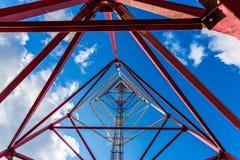 Telekommunikationtorn med panelantenner och radioantenner och satellit- disk för mobila kommunikationer 2G, 3G, 4G Royaltyfria Bilder