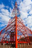 Telekommunikationtorn med panelantenner och radioantenner och satellit- disk för mobila kommunikationer 2G, 3G, 4G Arkivbild