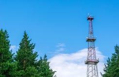 Telekommunikationtorn med parabolantenner på en bakgrund av blå himmel Royaltyfria Foton