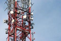 Telekommunikationtorn med radioutrustning Arkivfoto