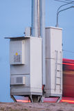 Telekommunikationtorn med två askar med datorutrustning Royaltyfria Bilder