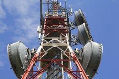 Telekommunikationtorn mot den blåa skyen Royaltyfria Foton