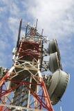 Telekommunikationtorn mot den blåa skyen Arkivfoto