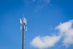 Telekommunikationtorn och molnig himmel med copyspace på rien Royaltyfria Bilder