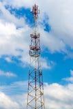 Telekommunikationtorn på bakgrunden av en molnig himmel Fotografering för Bildbyråer