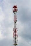 Telekommunikationtorn på bakgrunden av en molnig himmel Royaltyfri Foto