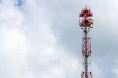Telekommunikationtorn på bakgrunden av en molnig himmel med copyspace Arkivfoto