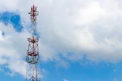 Telekommunikationtorn på bakgrunden av en molnig himmel med copyspace Arkivbild