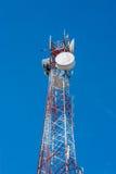 Telekommunikationtorn på blå himmel Royaltyfri Bild