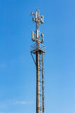 Telekommunikationtorn på en bakgrund för blå himmel Arkivfoto