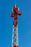 Telekommunikationtorn på en bakgrund för blå himmel Arkivbild