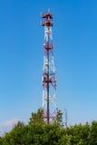 Telekommunikationtorn på en bakgrund för blå himmel Arkivfoton