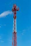 Telekommunikationtorn på en bakgrund för blå himmel Royaltyfria Foton