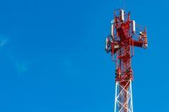Telekommunikationtorn på en bakgrund för blå himmel med copyspace Royaltyfria Bilder