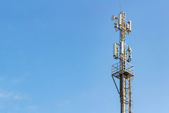 Telekommunikationtorn på en bakgrund för blå himmel med copyspace Royaltyfri Foto