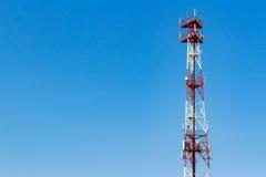 Telekommunikationtorn på en bakgrund för blå himmel med copyspace Arkivbilder
