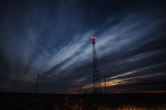 Telekommunikationtorn på natten Arkivfoto
