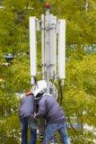 Telekomunikaci GSM wierza pracownicy Obraz Stock