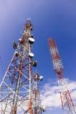 Telekomunikaci wierza, AM radio i TV transmisja, górujemy przeciw niebieskiego nieba tłu zdjęcie stock