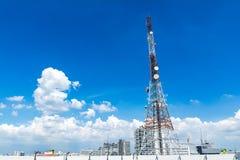 Telekomunikaci wierza z chmurą i bluesky Używać transmitować telewizję Antena z niebieskim niebem w mieście Obraz Stock