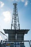 Telekomunikaci wierza z niebieskim niebem Zdjęcie Royalty Free