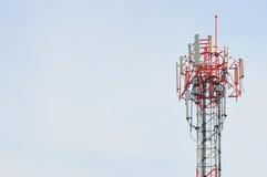 Telekomunikaci wierza z niebieskim niebem Fotografia Stock