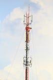 Telekomunikaci wierza z niebieskim niebem fotografia royalty free