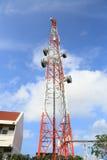 Telekomunikaci wierza z niebieskim niebem i chmurą, jako tło zdjęcia stock