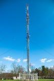 Telekomunikacj radiowy wierza w miasto parku Obrazy Royalty Free