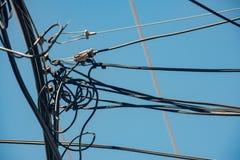Telekomunikacja druty z jaskrawym niebieskim niebem obraz stock