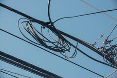 Telekomunikacja druty z jaskrawym niebieskim niebem zdjęcia royalty free