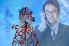 Telekomunikacja góruje przedpole na Azjatyckim biznesmenie używa m zdjęcie royalty free