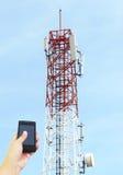 Telekomunikacje górują z anteną satelitarną, Buła niebo Backgrou Zdjęcia Royalty Free