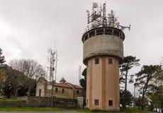 Telekomunikacyjni systemy na betonują wierza Obraz Stock