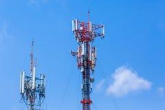 Telekomunikacyjny lub komórkowy radiowej anteny wierza z jasnym niebem Obrazy Royalty Free