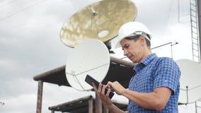 Telekomunikacyjny połączenia z internetem pojęcia przemysłu produkcji styl życia stacji pojęcie stacja telewizyjna pracownika męż zbiory wideo
