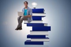 telelearning概念的年轻人与膝上型计算机和书 免版税库存图片