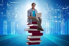 telelearning概念的年轻人与膝上型计算机和书 图库摄影