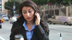 Telemóvel de Outside Office On da mulher de negócios filme