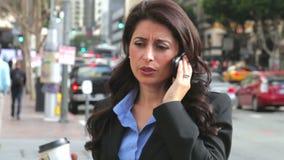 Telemóvel de Outside Office On da mulher de negócios