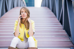 Telemóvel de Outside Office On da mulher de negócios Foto de Stock