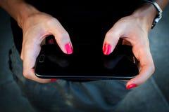 Telemóvel na mão da mulher Fotos de Stock Royalty Free