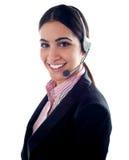 Telemarketer femminile con le cuffie avricolari Fotografie Stock Libere da Diritti