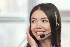 Telemarketing słuchawki azjata kobieta Fotografia Stock