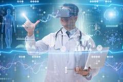 Telemedicinebegreppet med bärande vrexponeringsglas för doktor royaltyfri bild
