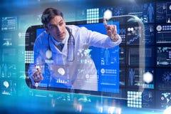 Telemedicinebegreppet med doktorn och smartphonen royaltyfri fotografi