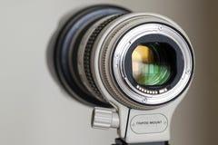 Teleobjetivo blanco del enfoque de la cámara digital profesional Imágenes de archivo libres de regalías