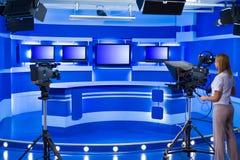 Teleoperador en el estudio de la TV Imagenes de archivo
