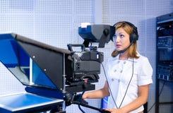 Teleoperator bij de studio van TV Stock Fotografie